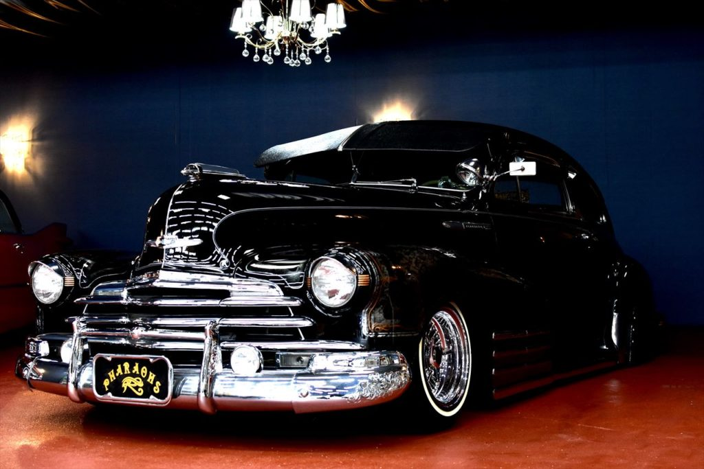 ショールームに黒い車は渋く映ります