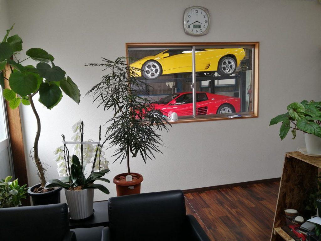 事務所の窓からスーパーカーが見えます!